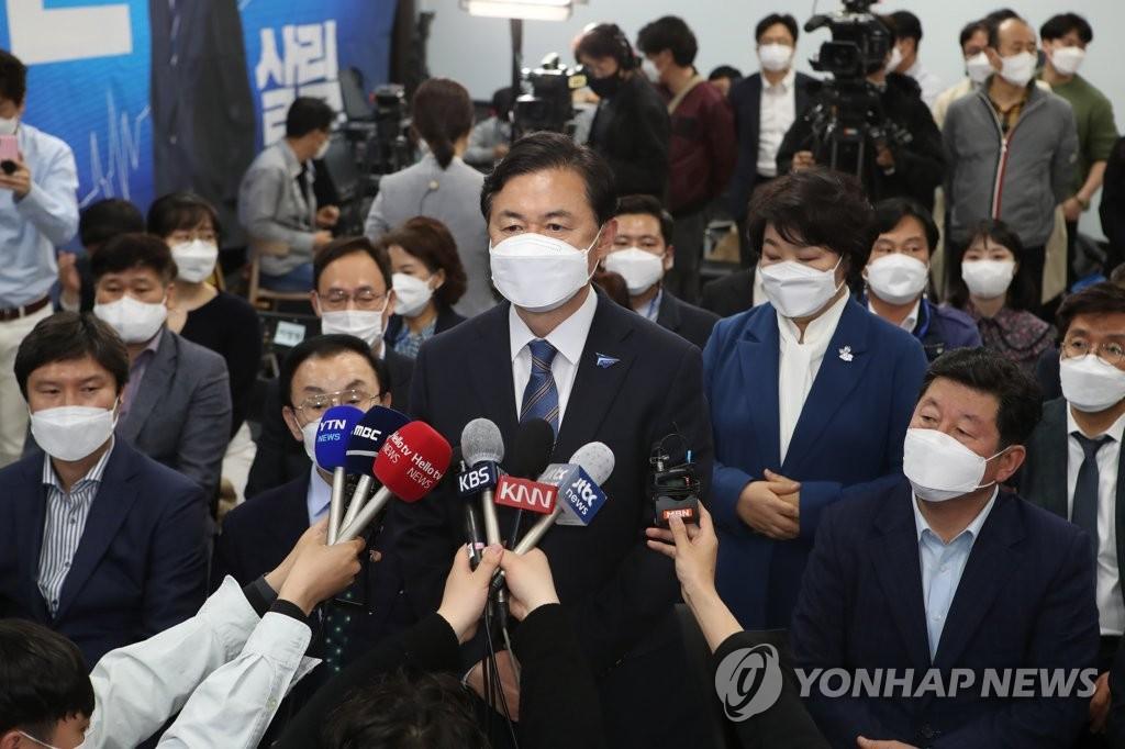 選挙事務所で敗北を認める金氏=7日、釜山(聯合ニュース)