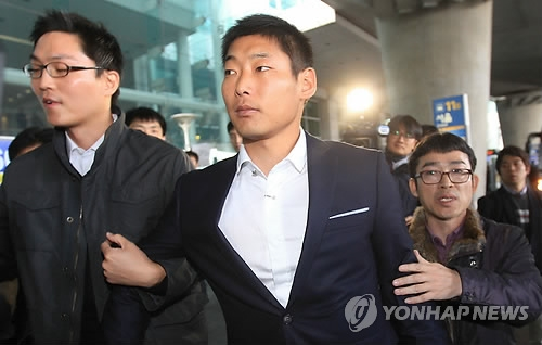 In this file photo taken on Feb. 29, 2012, former baseball pitcher Park Hyun-joon (C) is being taken away by prosecutors at Incheon International Airport for investigation on his match-fixing charges. Park later received a suspended jail term and a lifetime ban from professional baseball. (Yonhap)