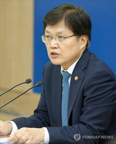 Science, ICT and Future Planning Minister Choi Yang-hee talks to reporters on Sept. 6, 2016. (Yonhap)