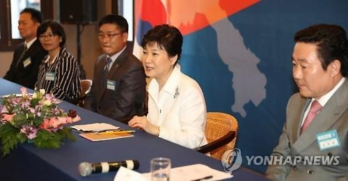 President Park Geun-hye (2nd R) speaks during a meeting with South Korean residents in the Laotian capital of Vientiane on Sept. 8, 2016. (Yonhap)