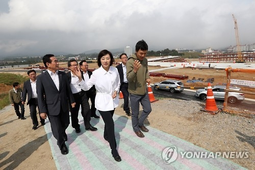 Cho Yoon-sun (C), minister of culture, sports and tourism, inspects the construction site for PyeongChang Olympic Plaza, venue for the opening and closing ceremonies for the 2018 PyeongChang Winter Olympics, in PyeongChang, South Korea, on Sept. 9, 2016. (Yonhap)