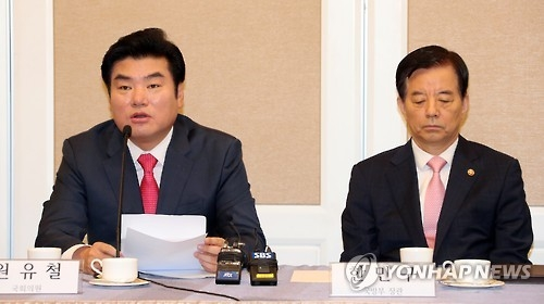 Rep. Won Yoo-chul (L) of the ruling Saenuri Party and Defense Minister Han Min-koo attend a forum on North Korea's nuclear problem at the National Assembly on Sept. 12, 2016. (Yonhap)
