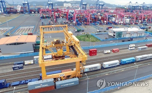 A container terminal at Busan port. (Yonhap file photo)