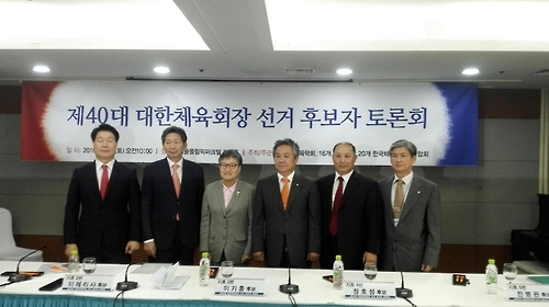 Candidates for the Korean Olympic Committee presidency pose for pictures before the start of their debate held in Seoul on Oct. 1, 2016. From left: Chang Jung-soo; Chang Ho-sung; Lee Elisa; Lee Kee-heung and Jeon Byung-kwan. Far right is the host of the debate, Nam Sang-nam, head of the Korean Alliance for Health, Physical Education, Recreation and Dance. (Yonhap)