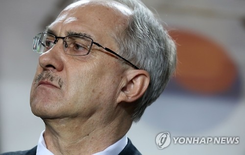 South Korea football coach Uli Stielike watches his players during the 2018 FIFA World Cup qualifier against Qatar at Suwon World Cup Stadium in Suwon, south of Seoul, on Oct. 6, 2016. (Yonhap)