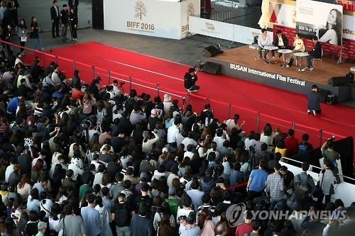 Spectators swarm the open talk session hosted by South Korean actress Son Ye-jin and local news reporters at the 21st Busan International Film Festival (BIFF) in Busan, 450 kilometers southeast of Seoul, on Oct. 8, 2016. (Yonhap)