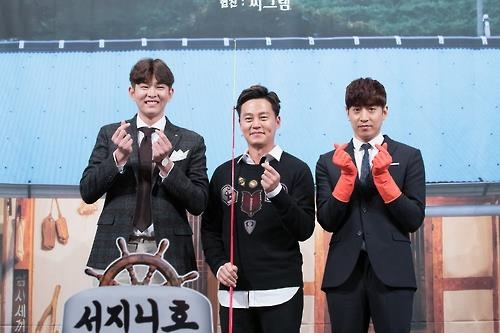 "In this photo provided by CJ E&M, Yoon Kyun-sang (L), Lee Seo-jin (C) and Eric Mun pose for a photo during a press conference promoting Season 3 of ""Three Meals a Day: Fishing Village"" at a hotel in southern Seoul on Oct. 13, 2016. (Yonhap)"