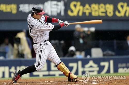 Yoo Kang-nam of the LG Twins blasts a two-run shot against the Nexen Heroes in their Korea Baseball Organization postseason game at Jamsil Stadium in Seoul on Oct. 16, 2016. (Yonhap)