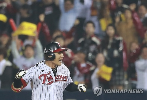 Oh Ji-hwan of the LG Twins celebrates after hitting a go-ahead single in the bottom of the eighth inning in their Korea Baseball Organization (KBO) postseason game against the Nexen Heroes at Jamsil Stadium in Seoul on Oct. 17, 2016. (Yonhap)
