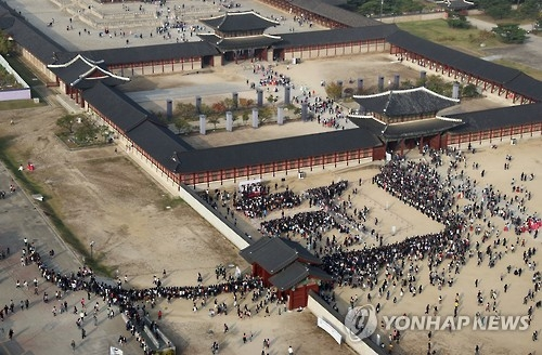 "Thousands of people gather to see the cast of ""Love in the Moonlight"" at Gyeongbok Palace in Seoul on Oct. 19, 2016. (Yonhap)"