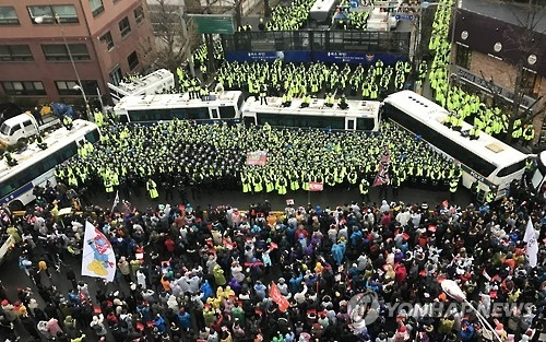 Protesters approach within 200 meters of the presidential office of Cheong Wa Dae in Seoul on Nov. 26, 2016, to call for President Park Geun-hye's resignation. (Yonhap)