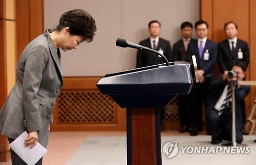 President Park Geun-hye bows after her address to the nation at the presidential office Cheong Wa Dae in Seoul on Nov. 29, 2016. (Yonhap)