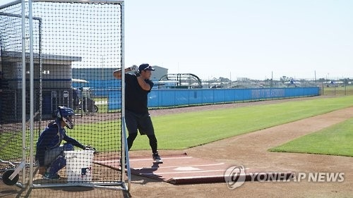 In this photo provided by sports agency GSI, free agent third baseman Hwang Jae-gyun takes part in a showcase before major league scouts in Bradenton, Florida, on Nov. 21, 2016. (Yonhap)