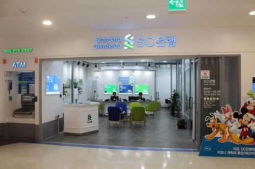 "SC Bank's ""Bank Shop"" operation at retailer E-Mart's outlet in Suwon, south of Seoul. (Photo courtesy of SC Bank)"