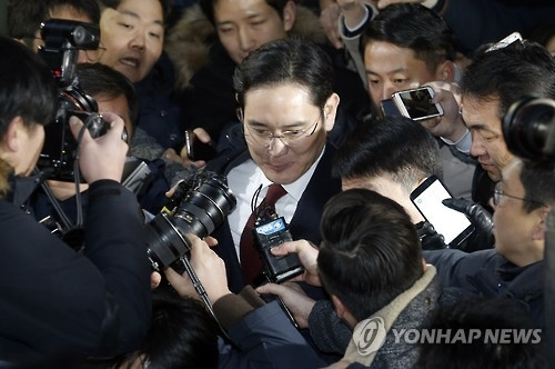 Lee Jae-yong, vice chairman of Samsung Electronics Co., leaves the special prosecutor's office in Seoul on Jan. 13, 2017, after being questioned. He was grilled over allegations that Samsung Group offered financial aid to President Park Geun-hye's longtime friend Choi Soon-sil in return for business favors. (Yonhap)