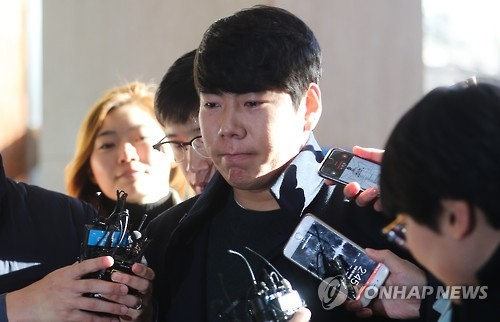 In this file photo taken on Dec. 6, 2016, Pittsburgh Pirates infielder Kang Jung-ho faces the media as he enters Gangnam Police Station in Seoul for questioning on his DUI accident earlier in December. (Yonhap)
