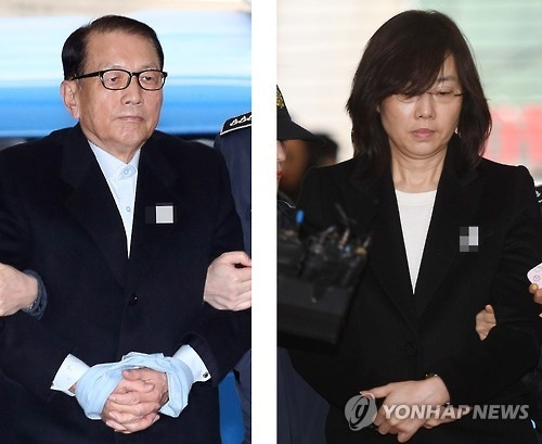 This combined photo, taken on Jan. 22, 2017, shows Kim Ki-choon (L), former presidential chief of staff to President Park Geun-hye, and ex-Culture Minister Cho Yoon-sun arriving at the office of the special investigation team to undergo questioning. They have been arrested over allegations of creating a blacklist of anti-government cultural figures while serving as presidential chief of staff and a senior aide, respectively, to Park. (Yonhap)