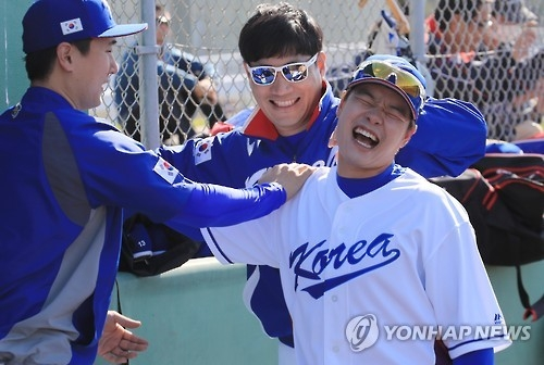 South Korean outfielder Min Byung-hun stretches his arm during the national team practice at Uruma City Gushikawa Stadium in Uruma, Japan, on Feb. 14, 2017. (Yonhap)