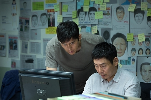 "This image released by Next Entertainment World shows Go Soo (L) and Seol Kyung-gu in a scene from ""Lucid Dream."" (Yonhap)"