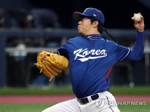 South Korean pitcher Yang Hyeon-jong delivers a pitch against Cuba in their exhibition baseball game at Gocheok Sky Dome in Seoul on Feb. 26, 2017. (Yonhap)