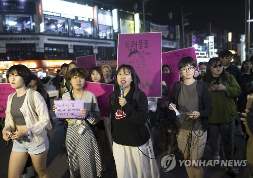 This file photo taken in a bustling Gangnam district in southern Seoul on May 24, 2016, shows protesters marching, voicing women's right to be able to go out safely at night. (Yonhap)