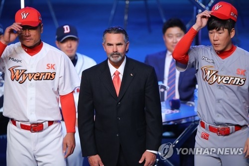 Trey Hillman (C), manager of the SK Wyverns, stands between infielder Park Jung-kwon (L) and pitcher Park Hee-soo at the start of the annual Korea Baseball Organization media day in Seoul on March 27, 2017. (Yonhap)