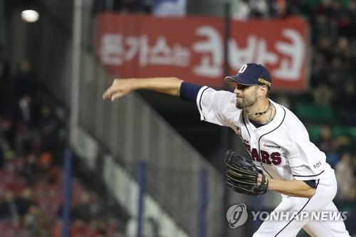 Dustin Nippert of the Doosan Bears makes a pitch against the Hanwha Eagles  in their Korea df463e48b870