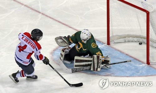 Kim Un-hyang of North Korea scores on Australian goalie Michelle Coonan at the International Ice Hockey Federation (IIHF) Women's World Championship Division II Group A at Gangneung Hockey Centre in Gangneung, Gangwon Province, on April 2, 2017. (Yonhap)