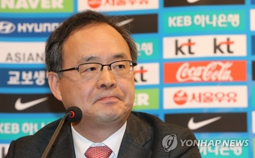 Lee Yong-soo (C), head of the Korea Football Association's technical committee, speaks at a press conference after having a discussion with the committee members whether to dismiss Uli Stielike, head coach for the South Korean men's national football team, at the National Football Center in Paju, north of Seoul, on April 3, 2017. (Yonhap)