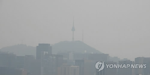 This photo, taken on April 4, 2017, shows Seoul blanketed in a gray haze caused by fine dust in the air. (Yonhap)
