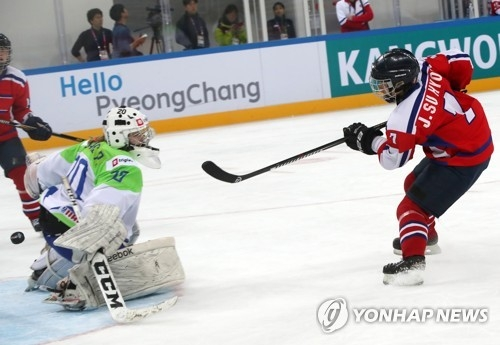 Jong Su-hyon of North Korea (R) scores on Slovenian goalie Pia Dukaric during the teams' final game at the International Ice Hockey Federation Women's World Championship Division II Group A at Kwandong Hockey Centre in Gangneung, Gangwon Province, on April 8, 2017. (Yonhap)