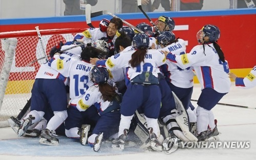 South Korean players celebrate their title at the International Ice Hockey Federation Women's World Championship Division II Group A at Kwandong Hockey Centre in Gangneung, Gangwon Province, on April 8, 2017. (Yonhap)
