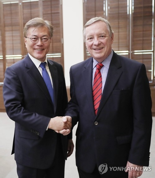 This photo taken on May 31, 2017 shows South Korean President Moon Jae-in (L) shaking hands with U.S. Senator Dick Durbin at Cheong Wa Dea in Seoul. (Yonhap)