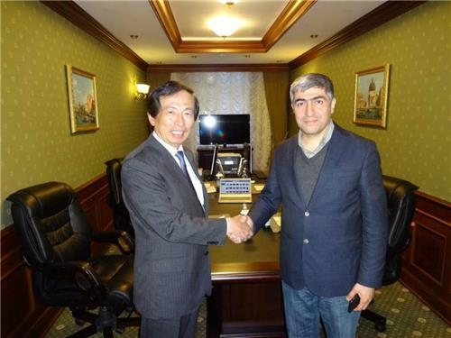 Lee Hong-ki (L), executive director of South Korea's Yonhap News Agency, shakes hands with the vice president of Turkey's Anatolia news agency after signing a deal for the latter company's joining of Yonhap's PyeongChang News Service Network in St. Petersburg, Russia, on May 31, 2017. (Yonhap)