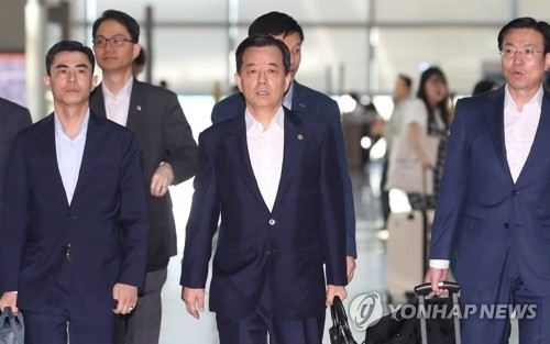 South Korean Defense Minister Han Min-koo (C) leaves Incheon International Airport for Singapore on June 2, 2017, to attend the Asia Security Summit. (Yonhap)