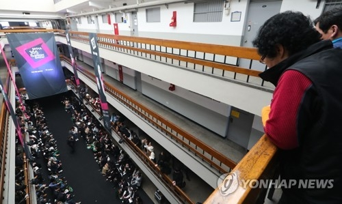 People watch a fashion show inside the Seun Sangga on March 29, 2017. (Yonhap)
