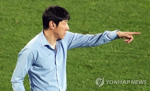 South Korea's under-20 national football team head coach Shin Tae-yong gives orders to the players during the FIFA U-20 World Cup round of 16 match between South Korea and Portugal at Cheonan Sports Complex in Cheonan, South Chungcheong Province, on May 30, 2017. (Yonhap)