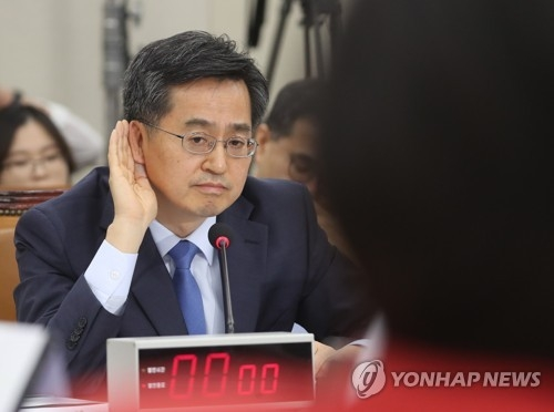Kim Dong-yeon, nominee for deputy prime minister for economic affairs, leans in to listen to a question from a lawmaker during his confirmation hearing at the National Assembly in Seoul on June 7, 2017. (Yonhap)