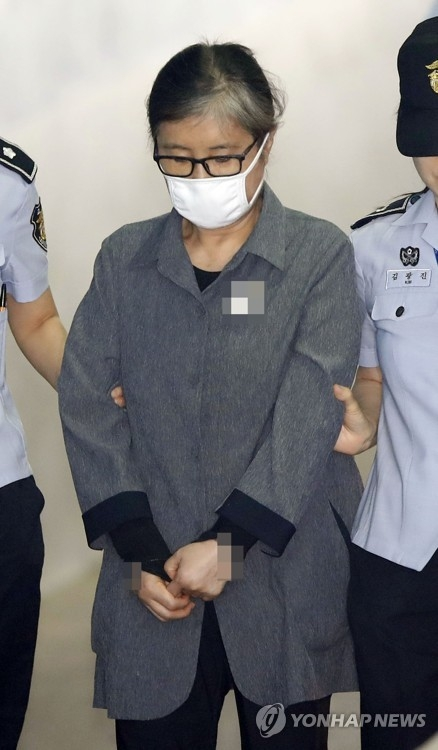 This file photo, taken on June 20, 2017, shows Choi Soon-sil entering a courthouse for a trial over the influence-peddling scandal. (Yonhap)