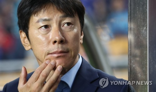 In this file photo taken on May 26, 2017, South Korean football coach Shin Tae-yong watches the FIFA U-20 World Cup match between South Korea and England at Suwon World Cup Stadium in Suwon, Gyeonggi Province. Shin was named new head coach for the South Korean senior national team by the Korea Football Association (KFA) on July 4, 2017. (Yonhap)