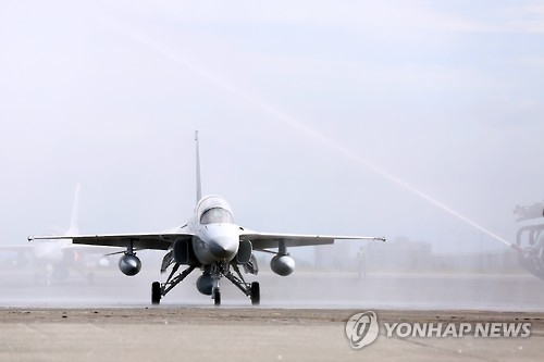 In this photo taken on Dec. 2, 2016, an FA-50PH trainer jet built by Korea Aerospace Industries Co. arrives at Clark Air Base. (Yonhap)