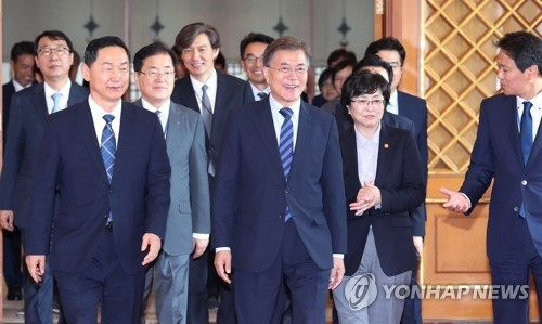 President Moon Jae-in (second from L) walks with his new Education Minister Kim Sang-kon (L) and Environment Minister Kim Eun-kyung (second from R) after presenting them with a certificate of appointment in a ceremony held at the presidential office Cheong Wa Dae on July 4, 2017. (Yonhap)