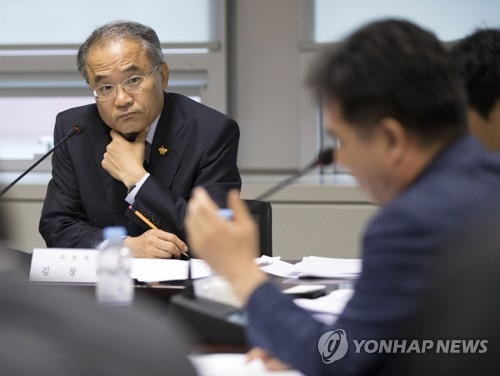 Kim Chang-jun, the chief of the state panel to investigate the salvaged ferry Sewol, presides over a meeting at its office in Seoul on July 7, 2017. (Yonhap)