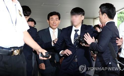 Former NIS Director Won Sei-hoon, who is on trial for alleged meddling in the 2012 presidential election, enters the courthouse to hear the sentencing in southern Seoul on Aug. 30, 2017. (Yonhap)