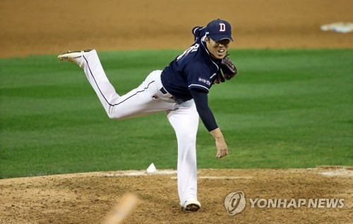 Kim Seung-hye of the Doosan Bears throws a pitch against the NC Dinos in the bottom of the seventh inning in Game 3 of their Korea Baseball Organization postseason series at Masan Stadium in Changwon, South Gyeongsang Province, on Oct. 20, 2017. (Yonhap)