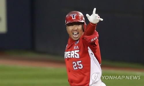 Lee Bum-ho of the Kia Tigers celebrates his grand slam against the Doosan Bears in the top of the third inning in Game 5 of the Korean Series at Jamsil Stadium in Seoul on Oct. 30, 2017. (Yonhap)