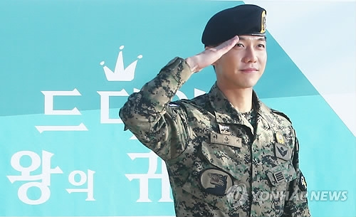 Actor-singer Lee Seung-gi salutes in front of fans after being discharged from the military in Jeungpyeong, North Chungcheong Province, on Oct. 31, 2017. (Yonhap)