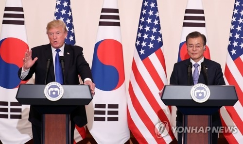 South Korean President Moon Jae-in (R) and U.S. President Donald Trump hold a joint conference following their bilateral summit at the South Korean presidential office Cheong Wa Dae in Seoul on Nov. 7, 2017. (Yonhap)