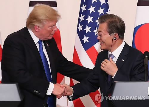 South Korean President Moon Jae-in (R) shakes hands with U.S. President Donald Trump after their joint press conference in Seoul on Nov. 7, 2017. (Yonhap)