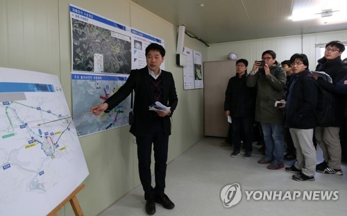 An official from PyeongChang 2018 organizing committee explains venue transportation plans to reporters at Daegwallyeong Transport Mall in PyeongChang on Nov. 15, 2017. (Yonhap)